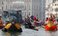Beragam perahu dengan hiasan unik dan menarik semakin memeriahkan karnaval yang digelar di Venesia, Italia, tersebut.