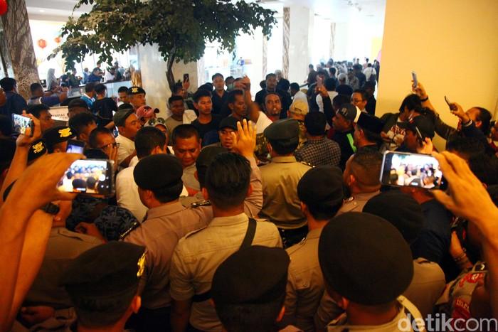 Keributan terjadi di arena Kongres PAN, Kendari, Sultra. Massa meminta panitia pengarah Kongres PAN menutup pendaftaran peserta kongres.