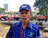 Hilangkan Lumpur Sisa Banjir, Petugas PPK Semprot Underpass Kemayoran