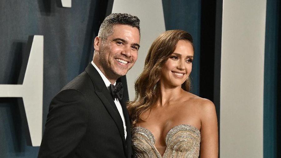 BEVERLY HILLS, CALIFORNIA - FEBRUARY 09: (L-R) Cash Warren and Jessica Alba attend the 2020 Vanity Fair Oscar Party hosted by Radhika Jones at Wallis Annenberg Center for the Performing Arts on February 09, 2020 in Beverly Hills, California. (Photo by Frazer Harrison/Getty Images)
