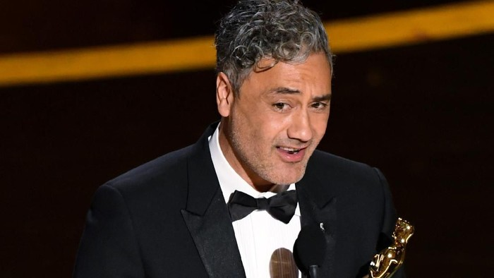 HOLLYWOOD, CALIFORNIA - FEBRUARY 09: Taika Waititi accepts the Writing - Adapted Screenplay - award for Jojo Rabbit onstage during the 92nd Annual Academy Awards at Dolby Theatre on February 09, 2020 in Hollywood, California. (Photo by Kevin Winter/Getty Images)