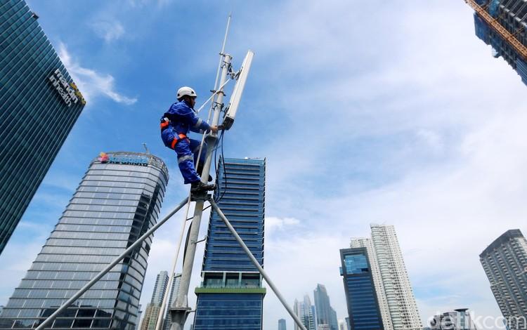 Teknisi XL Axiata memeriksa perangkat BTS di kawasan Rasuna Said, Jakarta, Senin (10/2/2020). XL Axiata Tbk berhasil meraih pendapatan sebesar Rp 25,15 trilliun atau meningkat sembilan persen dibandingkan tahun sebelumnya, yang didorong oleh peningkatan pendapatan layanan sebesar 15 persen YoY, dan pertumbuhan pendapatan tersebut melampui pendapatan rata-rata industri.