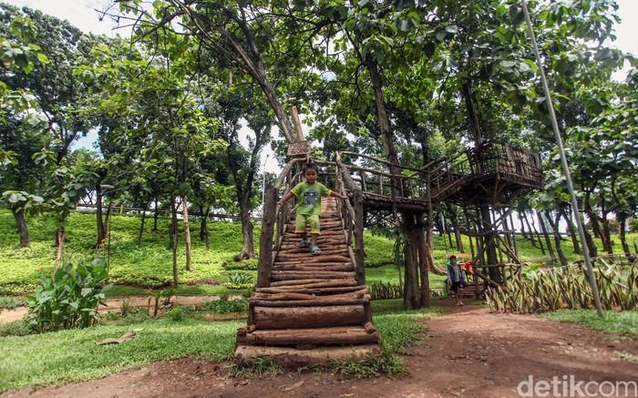 Taman Kembang Kerep di kawasan Jakarta Barat jadi salah satu taman bermain kesukaan anak-anak. Beragam fasilitas bermain membuat anak-anak betah bermain di sana