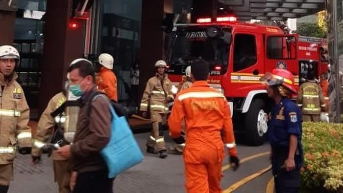 Petugas pemadam kebakaran berada di Graha Inti Fauzi Buncit.