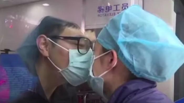Viral perawat ciuman dari balik kaca.