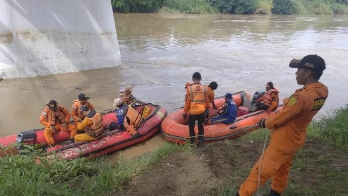 Tim SAR Cari Bocah Tenggelam di Sungai Cimanuk