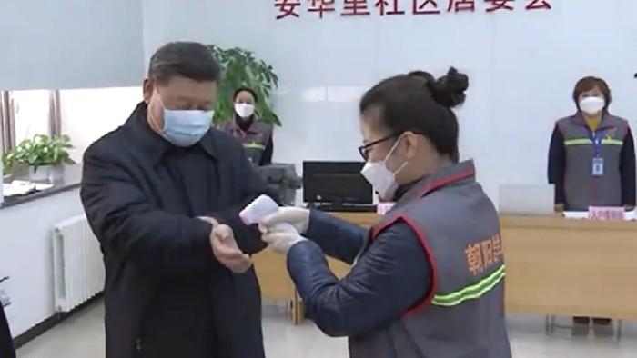 Momen saat Xi Jinping mengunjungi pusat penanggulangan virus corona di Beijing