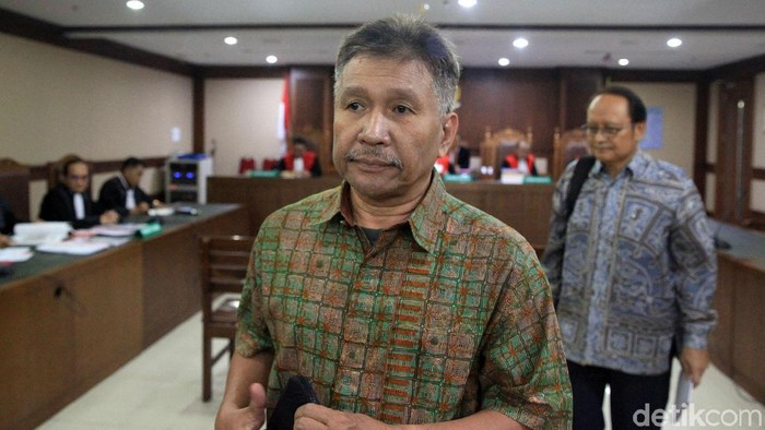 Dua tersangka kasus korupsi kondensat Rp 35 triliun, Raden Priyono dan Djoko Harsono menjalani sidang perdana. Sidang ini digelar di Pengadilan Tipikor, Jakarta