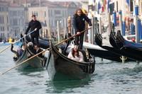 Jika dilacak dari jejak sejarahnya, pesta rakyat ini diketahui telah ada sejak ratusan tahun silam lho. Di masa lalu, karnaval ini diselenggarakan untuk merayakan kemenangan Republik Venesia melawan Ulrich II von Treven dari Aquileia.