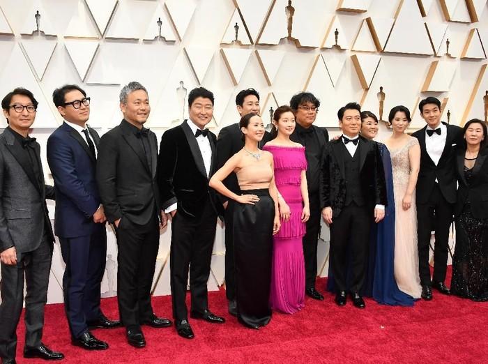 HOLLYWOOD, CALIFORNIA - FEBRUARY 09: Cast and crew of  Parasite including editor Yang Jin-mo, writer Jin Won Han, producer Kwak Sin-ae, production designer Ha-jun Lee, Yang-kwon Moon, Kang-ho Song, Yeo-jeong Jo, Sun-kyun Lee, and filmmaker Bong Joon Ho attend the 92nd Annual Academy Awards at Hollywood and Highland on February 09, 2020 in Hollywood, California. (Photo by Amy Sussman/Getty Images)