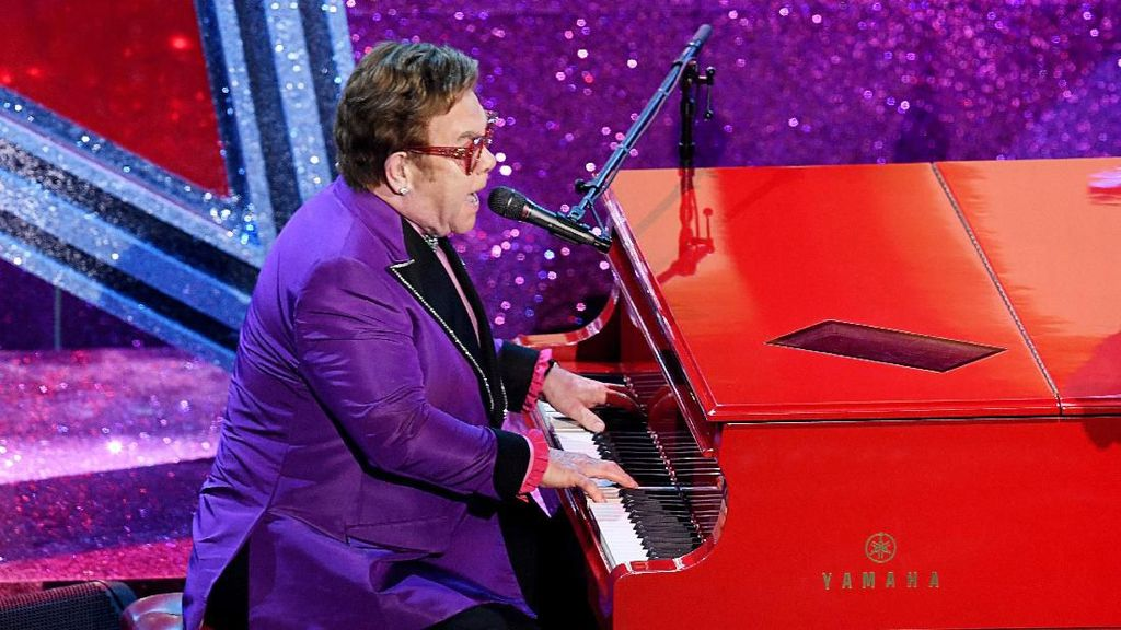 Elton John Minta Maaf Tinggalkan Panggung Karena Suaranya Hilang