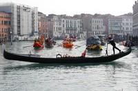 Warga maupun wisatawan dapat ikut serta memeriahkan karnaval yang diisi dengan parade perahu dan topeng tersebut.