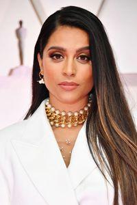 Gaya Unik YouTuber Lilly Singh Pakai Celana Sekaligus Gaun di Oscar 2020