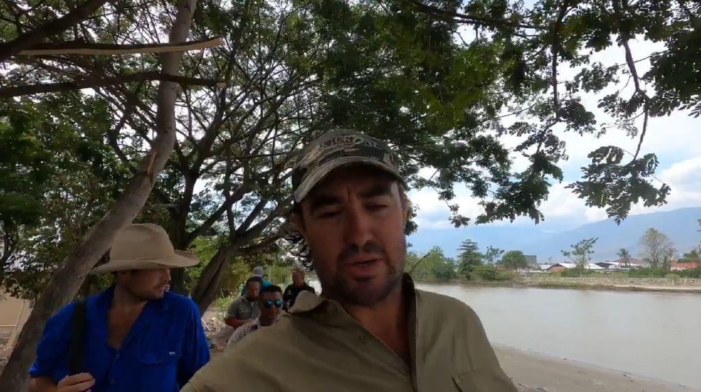 Matt Wright Gagal Taklukkan Buaya Berkalung Ban di Palu