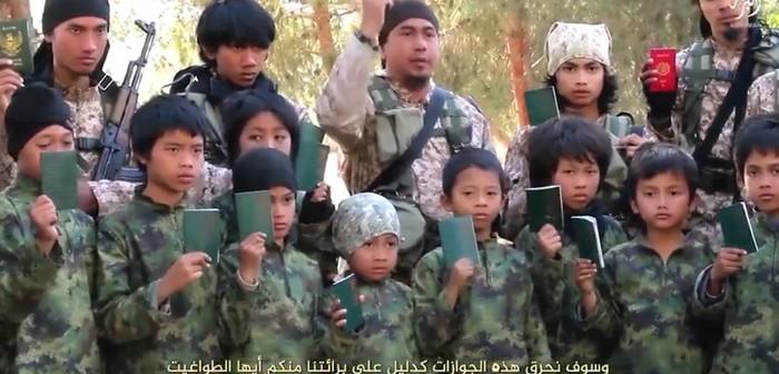 Video pembakaran paspor hijau dan merah oleh anak-anak ISIS. (Dok Media Sosial)