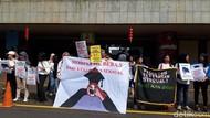 Para Perempuan dengan Bekas Telapak Merah di Mulut Demo di Kemdikbud