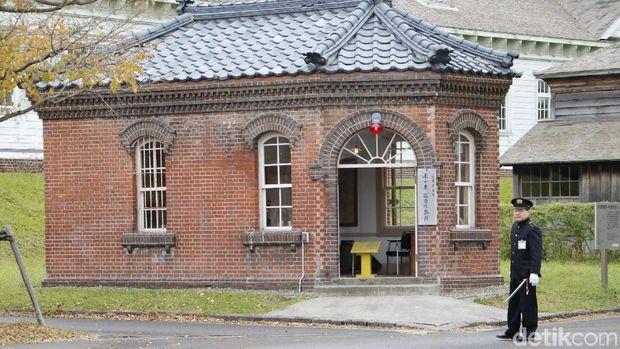 Kantor polisi yang aslinya dibangun tahun 1911, didonasikan oleh kepolisian Hokkaido
