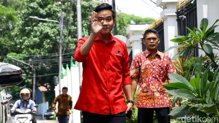 Putra Presiden Joko Widodo, Gibran Rakabuming Raka tiba di DPP PDIP Jakarta. Kedatangannya itu untuk menjalani uji kelayakan dan kepatutan Pilkada Solo.