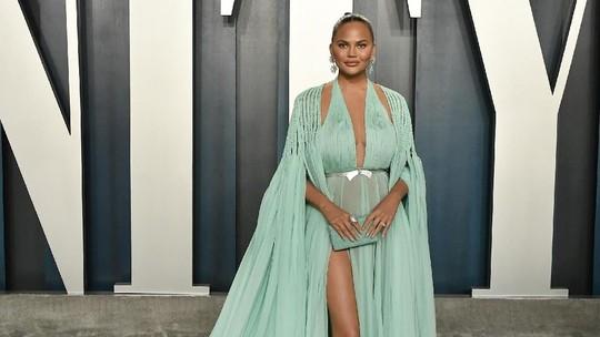 Penampilan Seksi Chrissy Teigen di Vanity Fair Oscar 2020