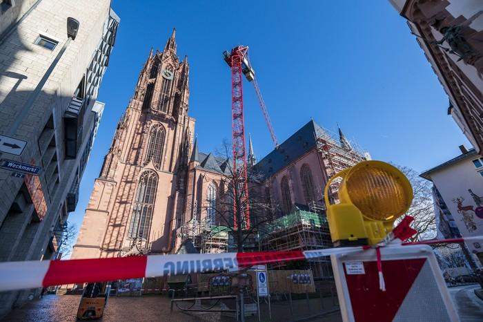 Badai musim dingin ekstrem yang dikenal dengan sebutan ''Ciara'' atau ''Sabine'' menerjang Jerman. Akibatnya, gereja katedral Frankfurter Dom direnovasi.