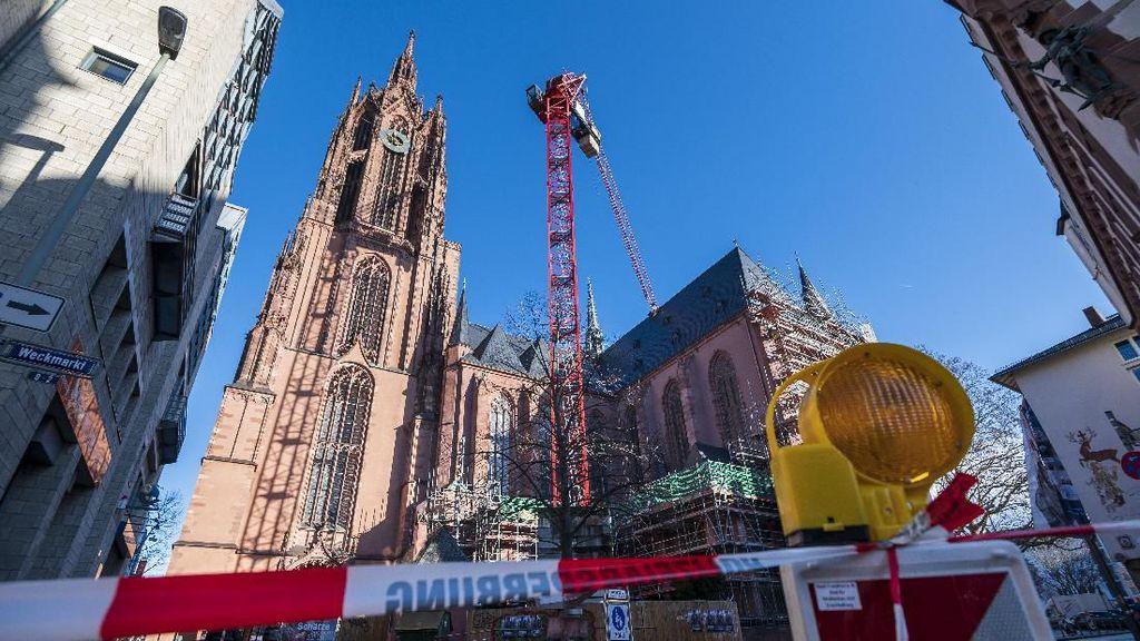 Crane Timpa Atap Gereja Frankfurter Dom Imbas Badai Sabine