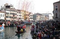 Warga dan wisatawan memadati kawasan Venesia, Italia, untuk ikut serta memeriahkan Karnaval Venesia yang berlangsung pada Minggu (9/2/2020).