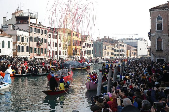 Karnaval Venesia jadi salah satu agenda paling dinanti oleh wisatawan. Tak hanya dimeriahkan dengan parade perahu, karnaval ini makin meriah dengan pesta topeng