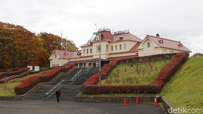 The Historical Village of Hokkaido is an outdoor museum located inside Nopporo Shinrin Koen Prefectural Natural Park. It was built on the 100th anniversary of the foundation of Hokkaido.