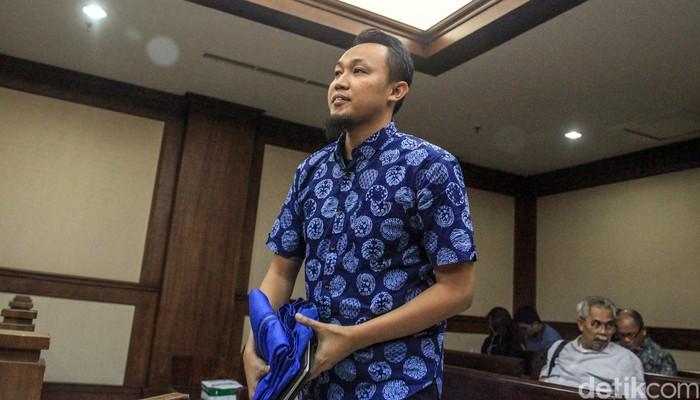 Pengusaha Mujib Mustofa dituntut 2 tahun penjara. Ia diyakini bersalah menyuap mantan Dirut Perum Perindo Risyanto Suanda terkait kasus suap impor ikan.