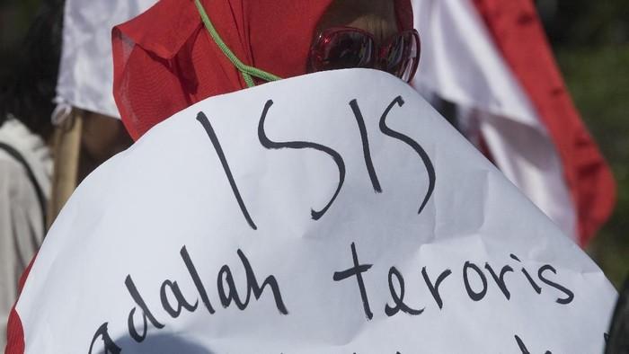 Peserta aksi yang tergabung dalam Barisan Relawan Bhinneka Jaya (Barabaja) berunjuk rasa dengan membawa poster di depan Istana Merdeka Jakarta, Senin (10/2/2020). Mereka menolak rencana pemulangan sekitar 600 warga negara Indonesia (WNI) eks ISIS kembali ke Indonesia. ANTARA FOTO/Wahyu Putro A/wsj.