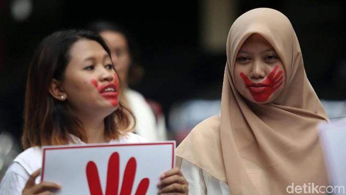 Gerakan Perempuan Anti Kekerasan (Gerak Perempuan) menggelar aksi di Kementerian Pendidikan dan Kebudayaan (Kemdikbud), Senin (10/2/2020). Aksi tersebut digelar dalam rangka menuntut Kemdikbud untuk menindak tegas pelaku kekerasan seksual di lingkungan kampus.