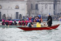 Para peserta karnaval menghiasi diri dan perahu dengan berbagai kostum unik nan menarik. Seperti dua orang peserta ini yang menghias diri mereka dengan kostum Putri Salju dan nenek sihir.