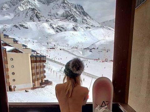 Selebgram Ini Foto Tanpa Busana di Tengah Salju Demi Jadi Terkenal