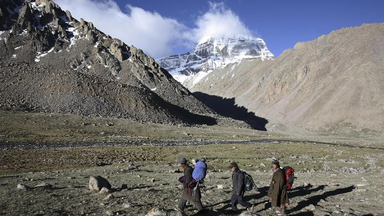 PURANG COUNTY, CHINA - JUNE 16:  (CHINA OUT) A nun from Nepal worships the snow-capped Kangrinboqe Mountain, known as Mt. Kailash in the West, June 16, 2007 in Purang County of Tibet Autonomous Region, China. Kangrinboqe, meaning
