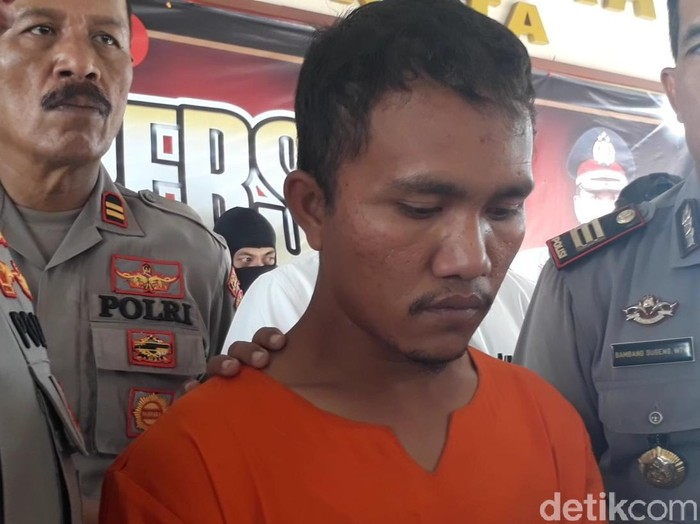Seorang suami di Kabupaten Pasuruan ditangkap karena menjual istri dengan menawarkan layanan seks kepada empat temannya. Aksi menjual istri itu dipicu sebuah candaan di ranjang.