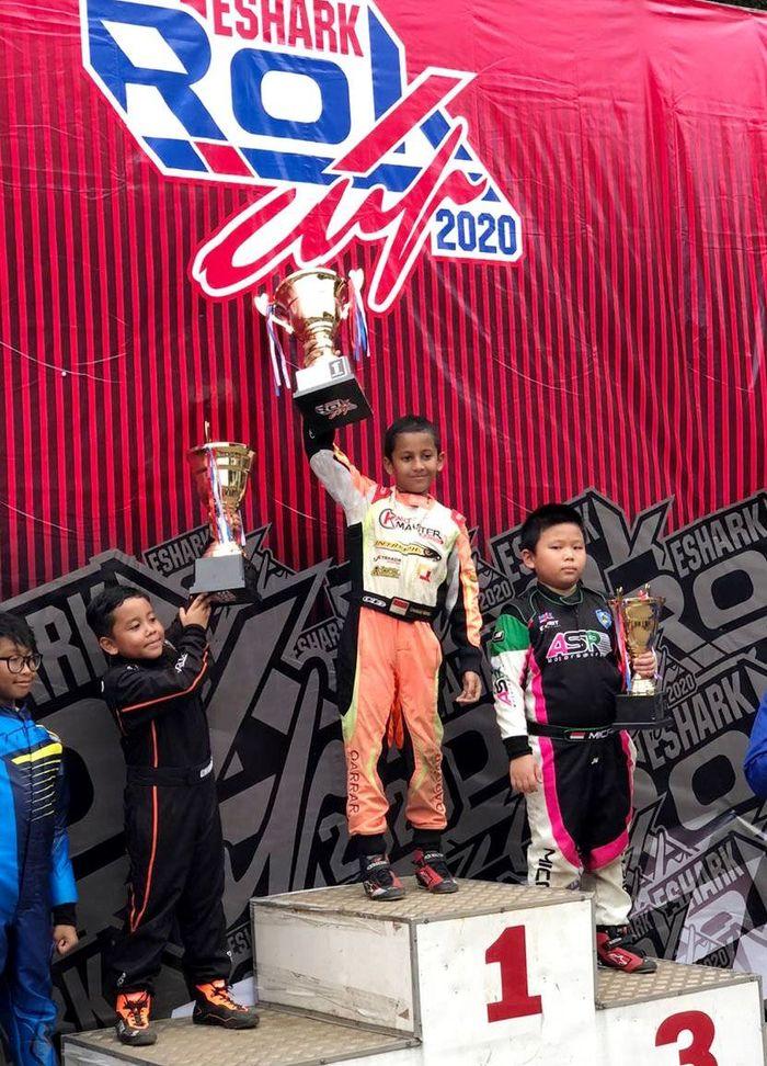 Pencapaian pembalap belia Qarrar Firhand di putaran 1 Kejurnas Gokart bertajuk Eshark Rok 2020 menuai hasil yang gemilang. Ia pun berhasil naik podium dan sabet gelar juara.