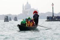 Karnaval yang rutin diselenggarakan setiap tahun ini menjadi salah satu daya tarik wisata paling populer di Venesia lho.