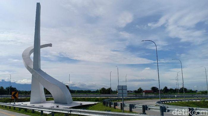 Jasa Marga membantah anggapan tugu di interchage Tol Madiun sebagai lambang palu arit yang identik dengan PKI. Menurut pihaknya, itu merupakan logo PT Jasa Marga Ngawi Kertosono Kediri (JNK).
