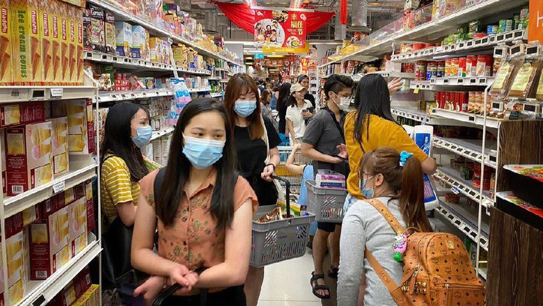 Warga Singapura borong makanan di supermarket