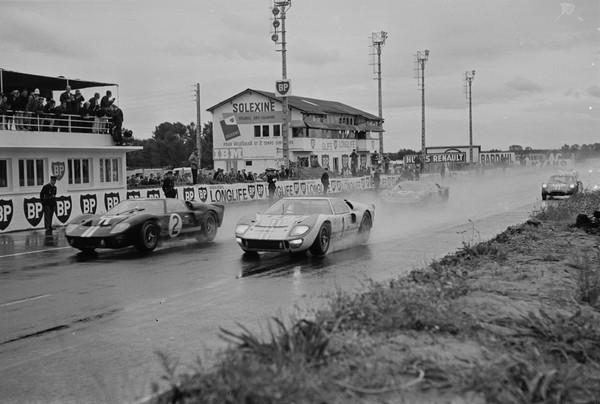 Le Mans memiliki balapan roda dua dan empat selama bertahun-tahun. Lomba ketahanan selama 24 jam menjadi lomba yang populer di sana. Bahkan sudah menjadi inspirasi untuk film layar lebar Ford v Ferrari. Foto: Reg Lancaster/Daily Express/Hulton Archive/Getty Images