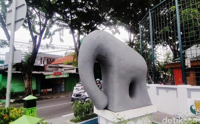 Gresik kini punya tetenger (landmark) baru yaitu patung Gajah Mungkur. Bentuk gajah yang dianggap kurang jelas dan dinilai lucu ini menghabiskan dana Rp 1 miliar.
