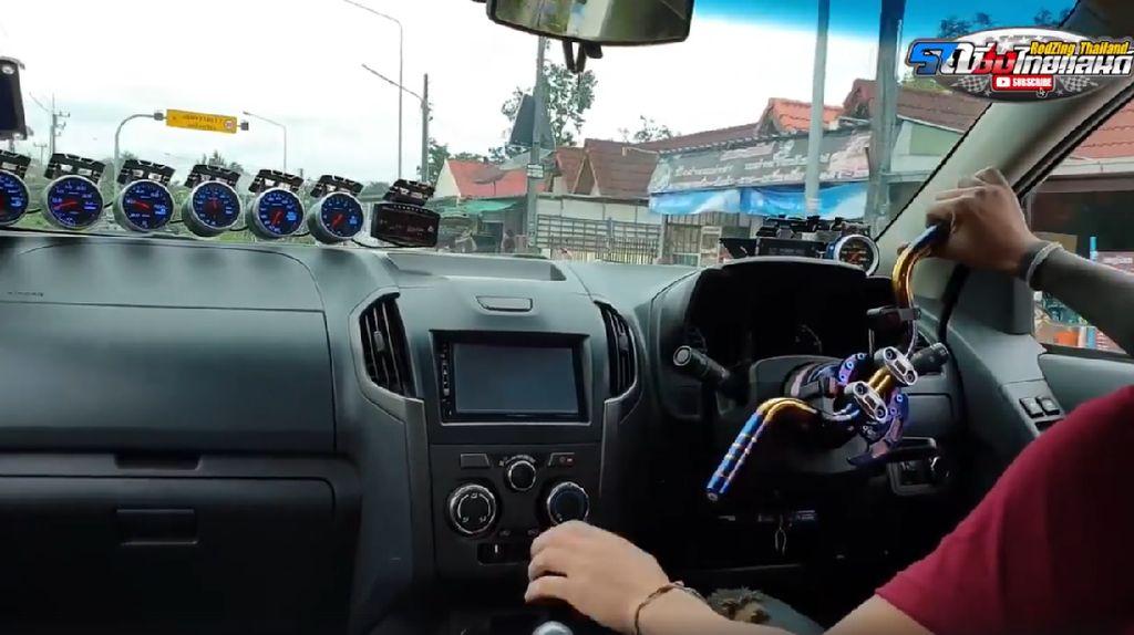 Bahaya Banget! Nyetir Mobil Pakai Setang Motor