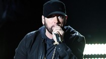 Eminem Relakan Sepatu Langka Jordan 4 Retro untuk Donasi Corona