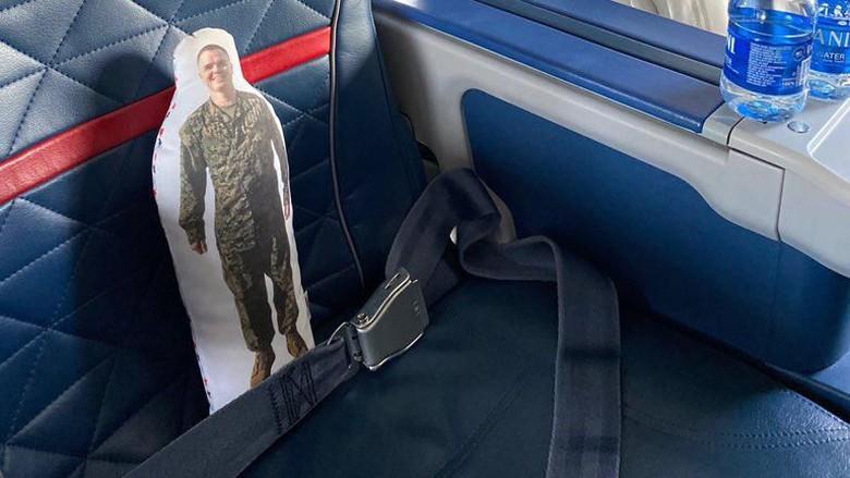 boneka di pesawat