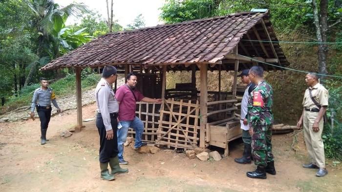 Olah TKP kasus puluhan ekor kambing mati di Desa Ngambarsari, Kecamatan Karangtengah, Wonogiri, Senin (10/2/2020).