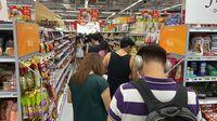 Panik Virus Corona, Warga Singapura Habiskan Stok Makanan di Supermarket