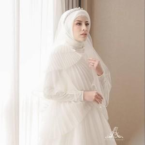 Inspirasi Pernikahan Serba Putih dan Adat Palembang ala Aghnia Punjabi