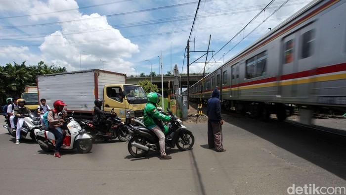 Perlintasan kereta api tanpa palang pintu otomatis masih banyak dijumpai di sejumlah wilayah di Jakarta, salah satunya di Rawa Buaya. Perlintasan itu sangat berbahaya bagi pengendara.