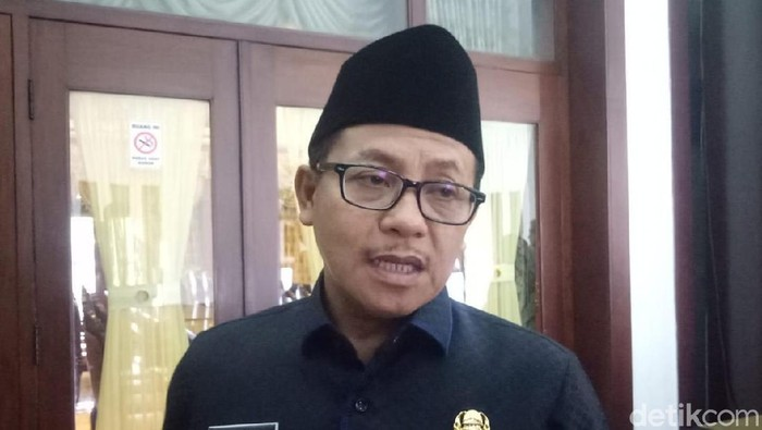 Pemkot Malang memberikan sanksi tegas kepada Syamsul Arifin, Kasek SMP Negeri 16 terkait kasus kekerasan yang menimpa pelajar, MS (13). Sang kasek dibebastugaskan.