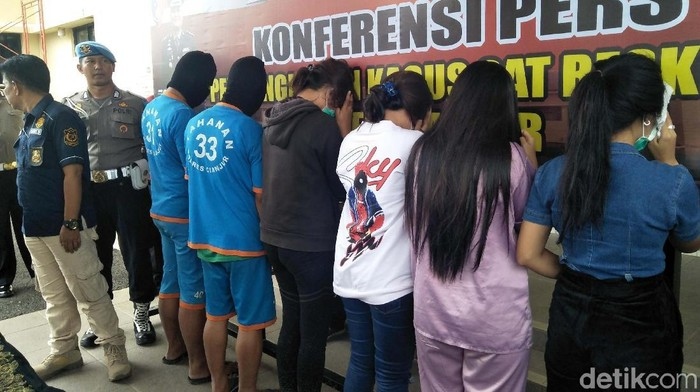 Polisi menangkap empat PSK dan dua muncikari di Cianjur, Jawa Barat. Para pekerja seks komersial (PSK) itu melayani khusus turis asal Timur Tengah.